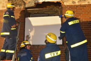 Kräfte des Ratzeburger Technischen Hilfswerkes (THW) setzte vor die zerborstenen Scheiben des Mehrfamilienhauses Spannplatten ein. Foto: © C. NImtz